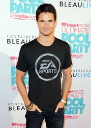 Robbie Amell 202