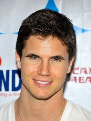 Robbie Amell 179
