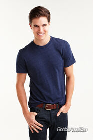Robbie Amell 119