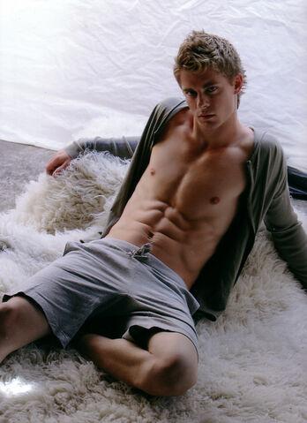 File:Luke-Mitchell-hottest-actors-31833769-849-1168.jpg