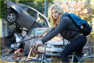 Chloe-moretz-nick-robinson-new-5th-wave-pics-clips-08