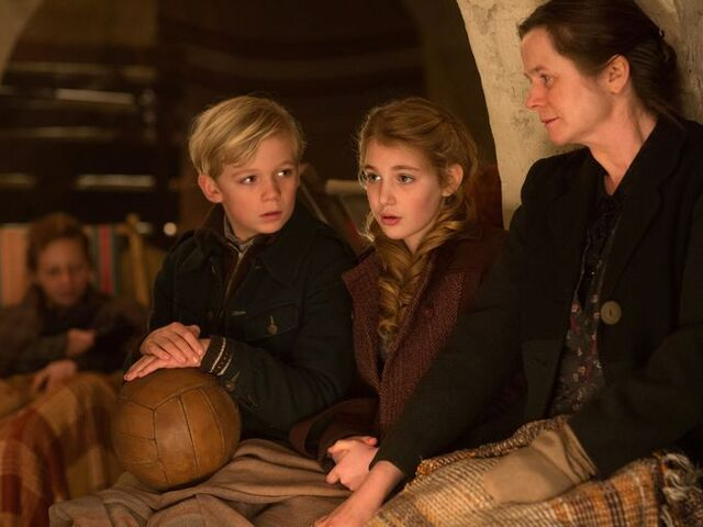 File:The-book-thief-emily-watson-sophie-nelisse.jpg