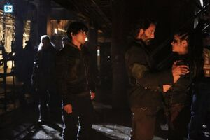 The 100 4x10 - Octavia, Bellamy & Kane pic 2