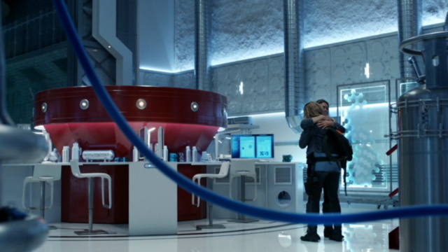 File:The 100 Clarke & Abby hug.png