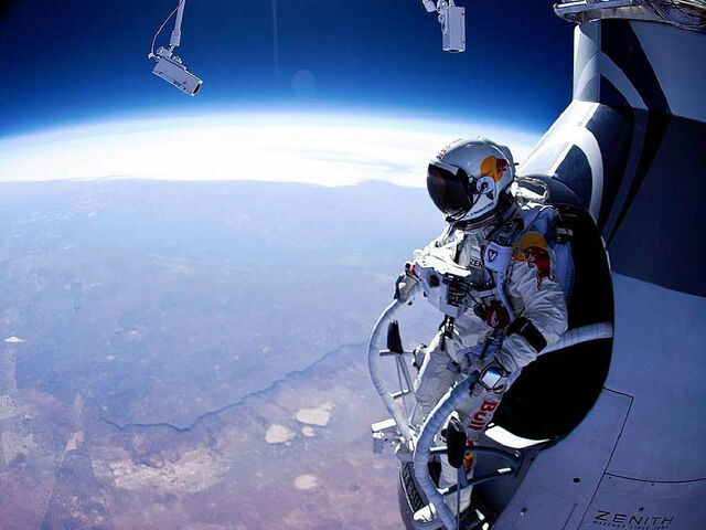 File:Felix-baumgartner-standing-in-his-capsule-about-to-dive.jpg