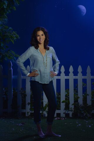 File:The-Neighbors-Jami Gertz 2.jpg