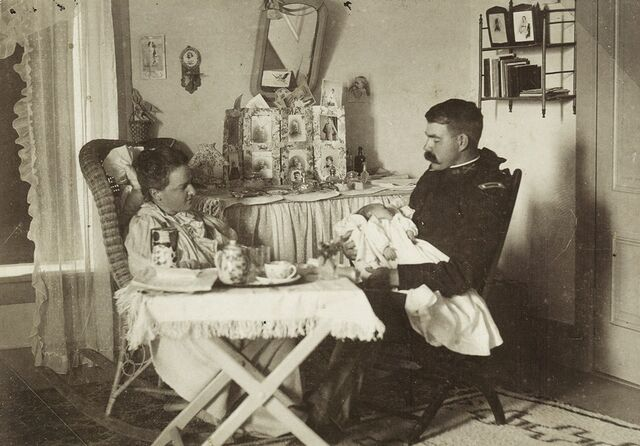 File:Lt. Holbrook with his wife and son, Willard Jr., 1889.jpg