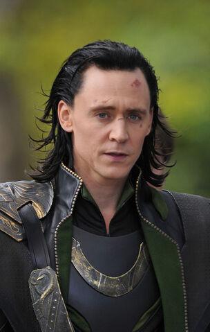 File:Loki+Tom+Hiddleston+Scarlett+Johansson+Films+60w0b1a1e9kl.jpg