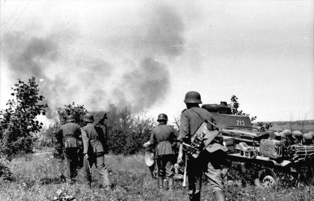 File:Bundesarchiv Bild 101I-209-0090-28, Russland-Nord, Infanterie und Panzer 35t.jpg