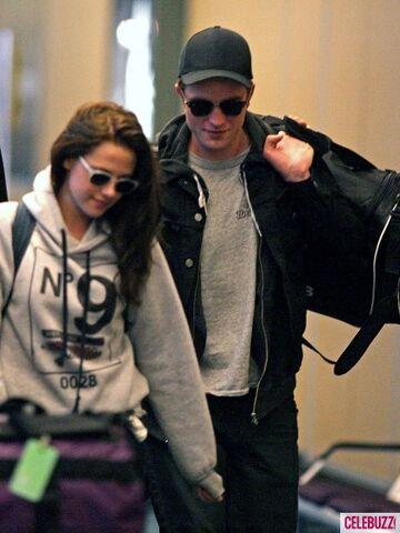 File:3Robert-Pattinson-Kristen-Stewart-050312--435x580.jpg