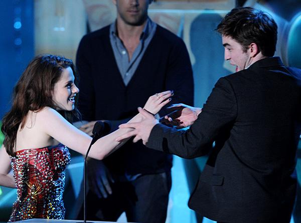 File:Kristen-Stewart-and-Robert-Pattinson-in-MTV-Movie-Awards-2011.jpg