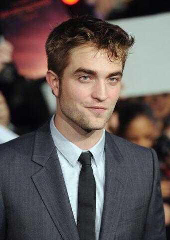 File:Robert+Pattinson+Premiere+Breaking+Dawn+Ltq4l7JSOi3l.jpg