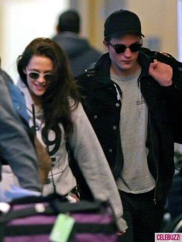 File:2Robert-Pattinson-Kristen-Stewart-050312--435x580.jpg