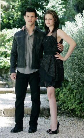 File:Taylor-Lautner-and-Kristen-Stewart-in-a-Stunning-Black-Cocktail-Dress-for-Twight-Eclipse-Photo-Call feature article horizontal.jpg