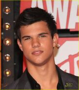 Taylor-at-the-VMA-s-jacob-black-8151128-1079-1222