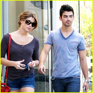 File:Ashley-greene-joe-jonas-coffee.jpg