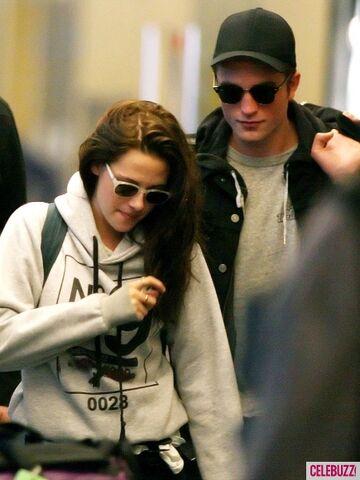 File:7Robert-Pattinson-Kristen-Stewart-050312--435x580.jpg