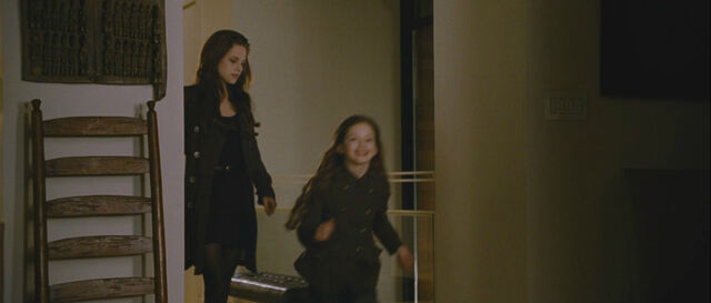 File:Bd2-bella-renesmee.jpg