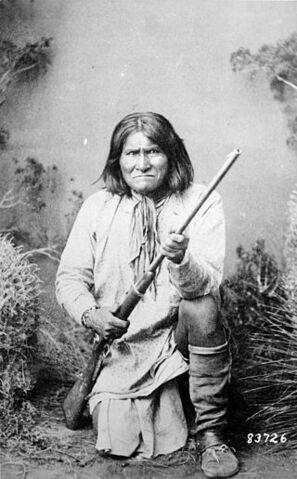 File:Geronimo (Goyathlay), a Chiricahua Apache, full-length, kneeling with rifle, 1887 - NARA - 530880.jpg