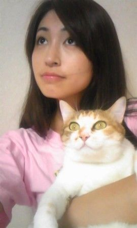 File:Hitomi shows her cat.jpg