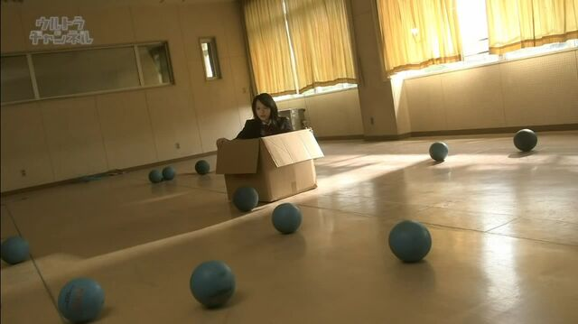 File:Misuzu in box and many ball outside.jpg