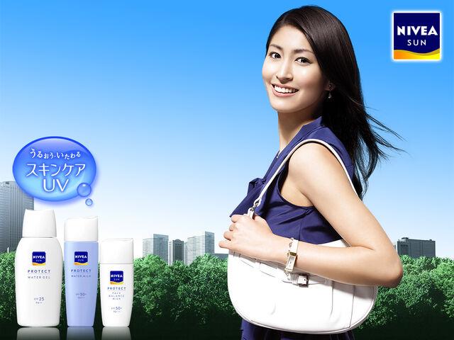 File:Hitomi promotes.jpg
