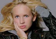 Britt Robertson (6)