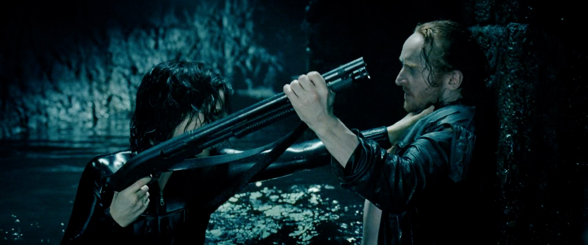 Archivo:Marcus tries to wrestle the gun away from Selene.jpg