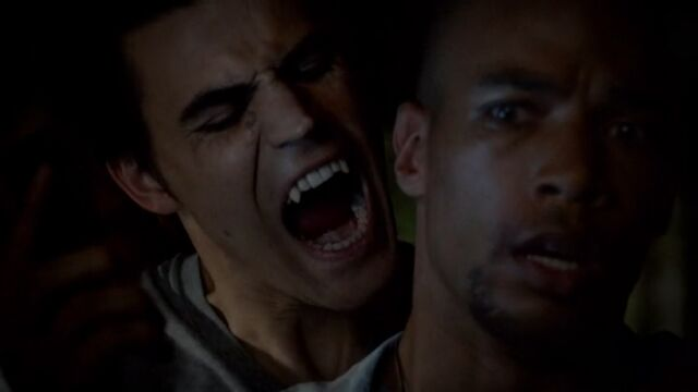 Archivo:Stefan bites Jesse TVD 5x04.jpg