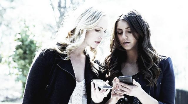 File:Caroline and Elena in 5.22-.png