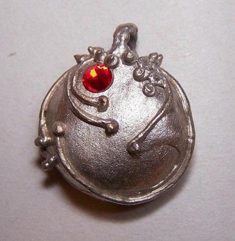 Datei:Elena's vervain pendant.png