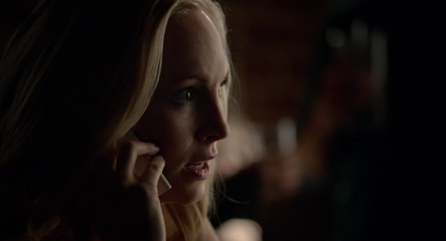 File:Caroline talking with Enzo on the phone 5x18.png
