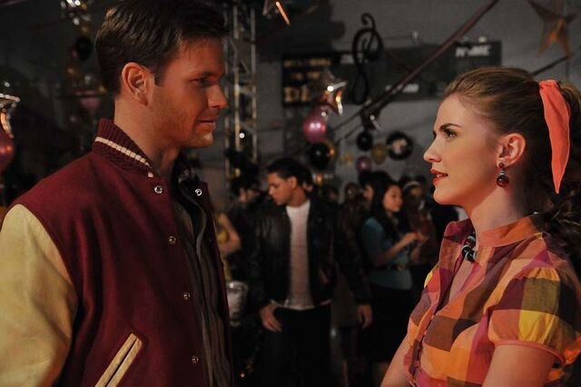 File:Matthew-davis-e-sara-canning-vestiti-anni-50-sul-set-dell-episodio-unpleasantville-di-the-vampire-diaries-145587.jpg