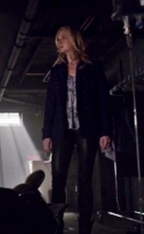 File:Caroline clothes 5x17.png