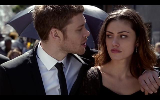 File:1x20-Klaus' arm around Hayley 2.png