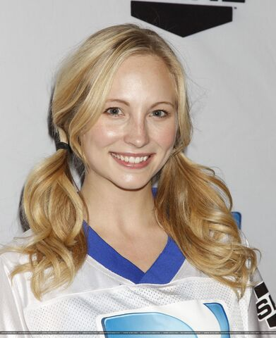 File:Candice-at-the-Celebrity-Beach-Bowl-2012-game-in-Indianapolis-04-01-12-candice-accola-28837333-1630-2000.jpg