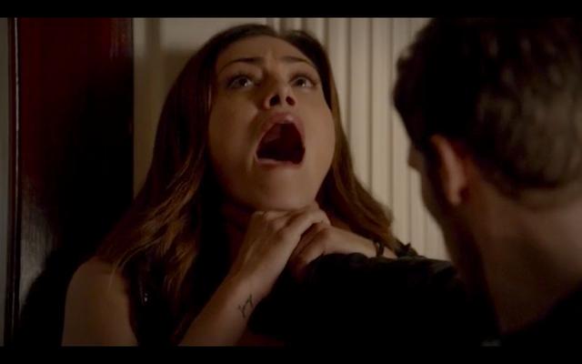 File:1x02-Klaus chokes Hayley.png