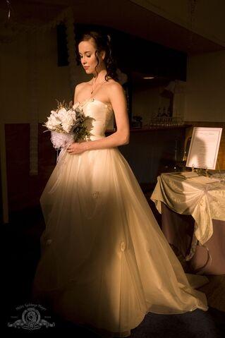File:Brides stargate universe elyse levesque 1331x2000 wallpaper www.knowledgehi.com 46.jpg