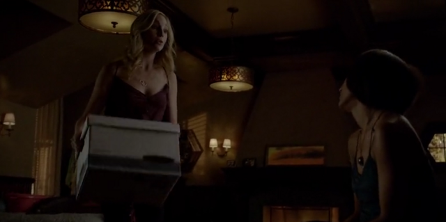 File:Caroline and Bonnie 5x21..png
