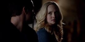 Caroline talking with Tyler 5x15