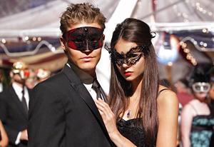 File:Vampire-diaries-tv-guide-paul & nina.jpg