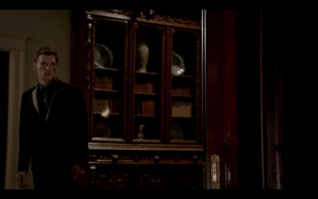 File:1x03-Klaus tell Hayley Elijah is returning.png