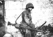 Bundesarchiv Bild 146-1983-109-14A, Frankreich, MG-Schütze