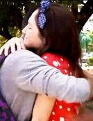 Broadway und Fran umarmen sich.png