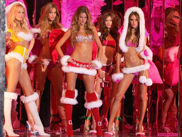 File:Gisele Bundchen 10th Victorias Secret Fashion Show 3001 1024 768.jpg