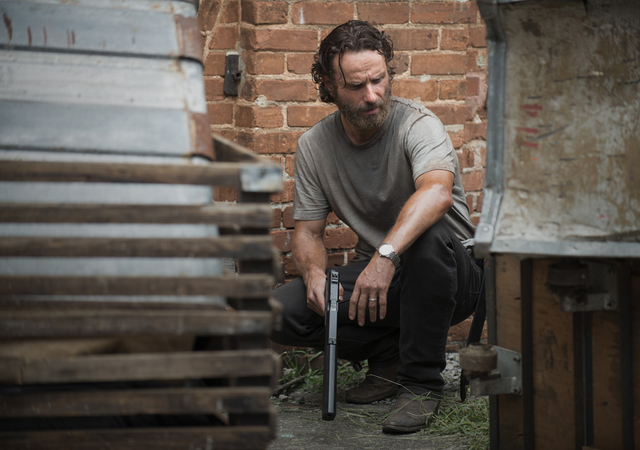 File:AMC 507 Rick Crouched Down.png