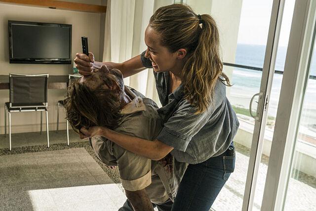 File:Alicia kills zombie christina.jpg