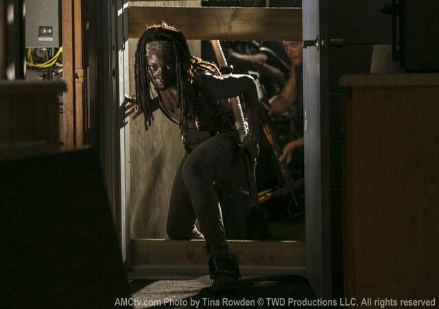 File:Michonne sneaks in woodbry.jpg