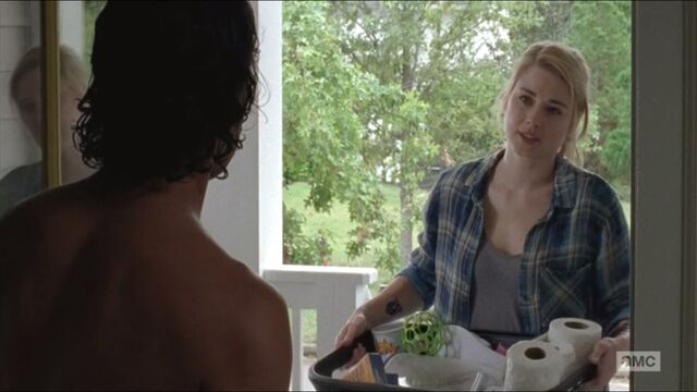 File:Remember-jessie-anderson-played-by-alexandra-breckenridge-brings-supplies-to-rick.jpg