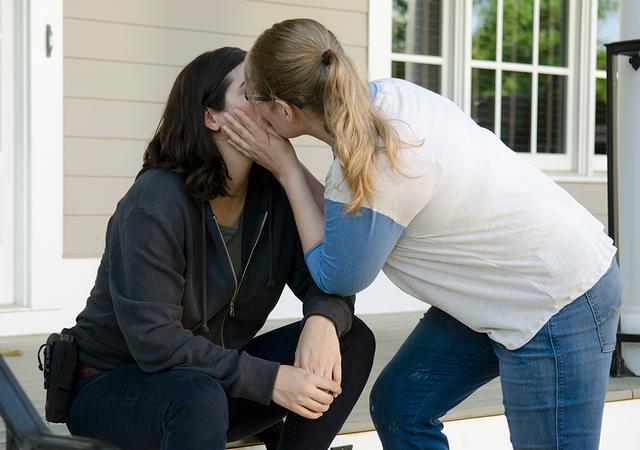 File:AMC 605 Tara Denise Kissing.png